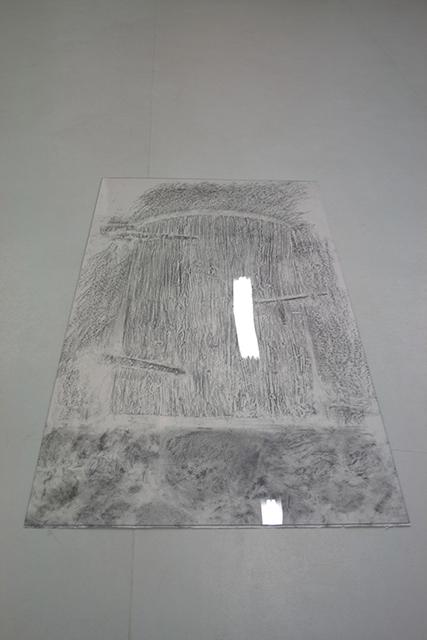 Sans-titre-estampage-a-la-mine-de-plomb-sur-papier-plexiglass-190-x-85-cm-2012